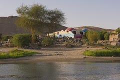Vista del río el Nilo en Asuán Egipto con la casa de Nubian en riverbank fotografía de archivo libre de regalías