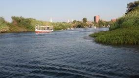 Vista del río el Nilo en Asuán Egipto que muestra cataratas y la montaña almacen de video
