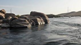 Vista del río el Nilo en Asuán Egipto que muestra cataratas y la montaña almacen de metraje de vídeo