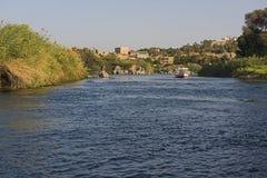 Vista del río el Nilo en riverbank de la demostración de Asuán Egipto imagenes de archivo