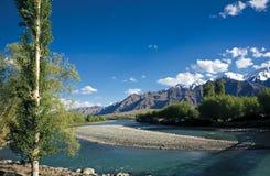 Vista del río Indo, Leh-Ladakh, Jammu y Cachemira, la India imagenes de archivo