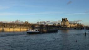 Vista del río Sena cerca del museo de Orsay metrajes