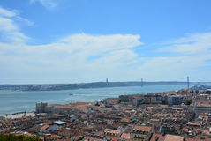 Vista del río Tagus y del puente maravillosos del 25 de abril del castillo de St George Lisabon - Portugal Fotografía de archivo
