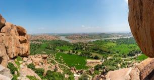 Vista del río del tungabhadra con sus campos circundantes imagen de archivo libre de regalías
