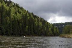 vista del río Usva, el tributario de Ural de Chusovaya Foto de archivo