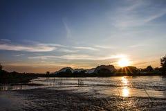Vista del río y de la puesta del sol Foto de archivo libre de regalías