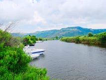 Vista del río y de los barcos de pesca en la ciudad de Bosa provincia de Oristán, Cerdeña Fotografía de archivo libre de regalías