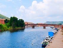 Vista del río y de los barcos de pesca en la ciudad de Bosa provincia de Oristán, Cerdeña, Italia Imágenes de archivo libres de regalías