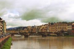 Vista del río y de los puentes de Arno en Florencia, Italia Fotos de archivo