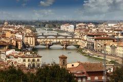 Vista del río y de los puentes de Arno a través de él en Florencia Foto de archivo