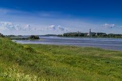 Vista del río y del monasterio de Yuriev, Rusia de Volhov foto de archivo libre de regalías
