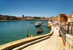 Vista del río y del terraplén del Duero en Oporto, Portugal Imágenes de archivo libres de regalías