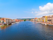 Vista del río y del terraplén del río en la ciudad de Bosa provincia de Oristán, Cerdeña, Italia Fotos de archivo libres de regalías