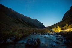 Vista del río y del valle de Baduk en la noche imagenes de archivo