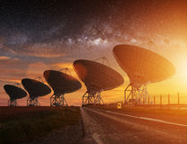 Vista del radiotelescopio alla notte Immagine Stock