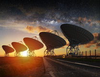Vista del radiotelescopio alla notte Fotografia Stock