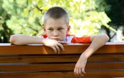 Vista del ragazzo ad un banco fotografie stock libere da diritti