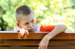 Vista del ragazzo ad un banco fotografia stock libera da diritti