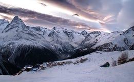 Vista del rango de montaña del Cáucaso del norte Foto de archivo libre de regalías