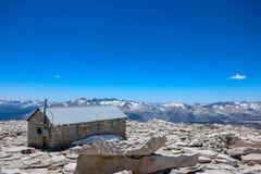 vista del refugio del Monte Whitney, la montaña más alta de los 48 estados más bajos de América imagen de archivo