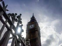 Vista del reloj de la torre de ben grande con las nubes dramáticas en fondo imagenes de archivo