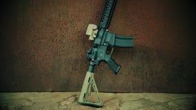 Vista del rifle de asalto contra la perspectiva del acero oxidado almacen de video