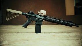 Vista del rifle de asalto contra la perspectiva del acero oxidado almacen de metraje de vídeo