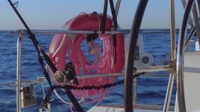 Vista del risparmiatore di vita, del segnale di deriva e di filatura per il pesce che pesca a traina sull'yacht video d archivio