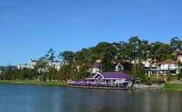 Vista del ristorante di Thanh Thuy sul lago in Dalat, Vietnam Fotografie Stock Libere da Diritti