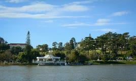 Vista del ristorante di Thuy Ta sul lago in Dalat, Vietnam Immagini Stock