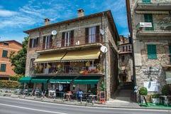 Vista del ristorante in vecchia costruzione nel sul Trasimeno di Passignano del villaggio Fotografia Stock Libera da Diritti