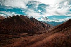 Vista del River Valley che è circondato dalle montagne Fotografia Stock Libera da Diritti