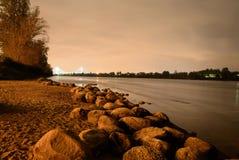 Vista del río de Neva en la noche Fotografía de archivo
