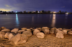 Vista del río de Neva en la noche Foto de archivo libre de regalías