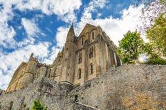 Vista del Saint Pierre de la iglesia en Mont Saint Michel, Normandía, Fran Imagenes de archivo