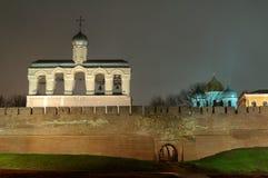Vista del santo Sophia Cathedral y del campanario en la noche, Veliky Novgorod Imagenes de archivo