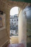 Vista del Sassi de Matera a través de una puerta Imágenes de archivo libres de regalías