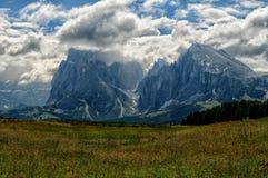 Vista del Sassolungo Langkofel e gruppo di Sassopiatto delle dolomia italiane da Alpe di Siusi in Val Gardena Immagine Stock