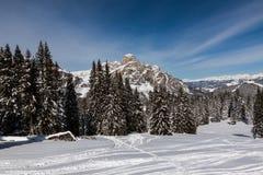Vista del Sassongher con neve nelle dolomia italiane Fotografia Stock