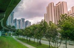 Vista del servizio della pista della stazione di LRT lungo gli appartamenti residenziali pubblici dell'alloggio in Bukit Panjang Immagine Stock Libera da Diritti