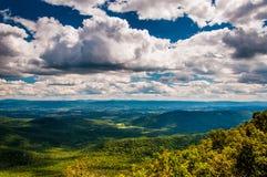 Vista del Shenandoah Valley y de las montañas apalaches de George Washington National Forest, Virginia. Fotografía de archivo libre de regalías
