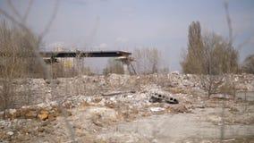 Vista del sito di materiale di riporto illegale dello scarico nella città archivi video