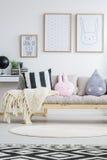 Vista del sofá nórdico fotografía de archivo libre de regalías