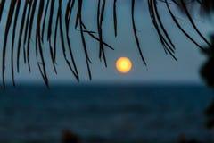 Vista del sol que va abajo de la playa en el centro turístico en el Caribe Imagen de archivo