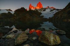 Vista del soporte Fitz Roy y del lago en el parque nacional nacional del Los Glaciares del parque en la salida del sol Otoño en P imagenes de archivo