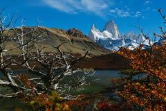 Vista del soporte Fitz Roy y del lago en el parque nacional Los Glaciares Otoño en la Patagonia, el lado de Argentina imagenes de archivo