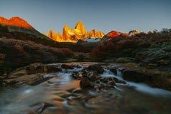 Vista del soporte Fitz Roy y del río en el parque nacional de Los Glaciares durante salida del sol Otoño en la Patagonia, imagen de archivo