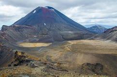Vista del soporte Ngauruhoe - condenación del soporte del alza que cruza alpina de Tongariro con las nubes arriba imagenes de archivo