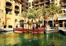 Vista del Souk Madinat Jumeirah y de los barcos del abra fotografía de archivo libre de regalías