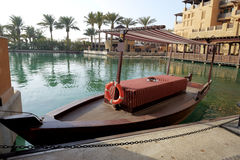 Vista del Souk Madinat Jumeirah y del barco del abra Imagen de archivo libre de regalías